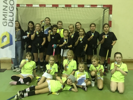 Dziewczęta na 7 Otwartych Mistrzostwach Gminy Długołęki w hokeju na trawie.